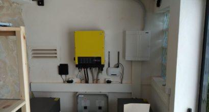 Instalación Solar Fotovoltaica Híbrida Baterías Litio BYD