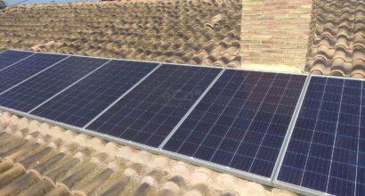 Instalación de placas solares en vivienda aislada de la red eléctrica