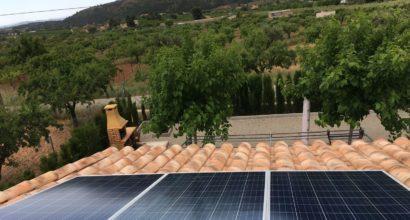 Instalación Solar Fotovoltaica Aislada, 3 paneles 260W, inversor-cargador 5kVA, baterias 12 kWh